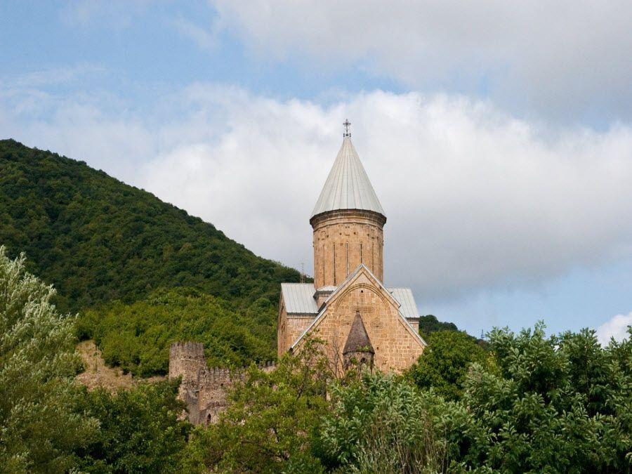Вид на церковь из деревни Степантсминда фото