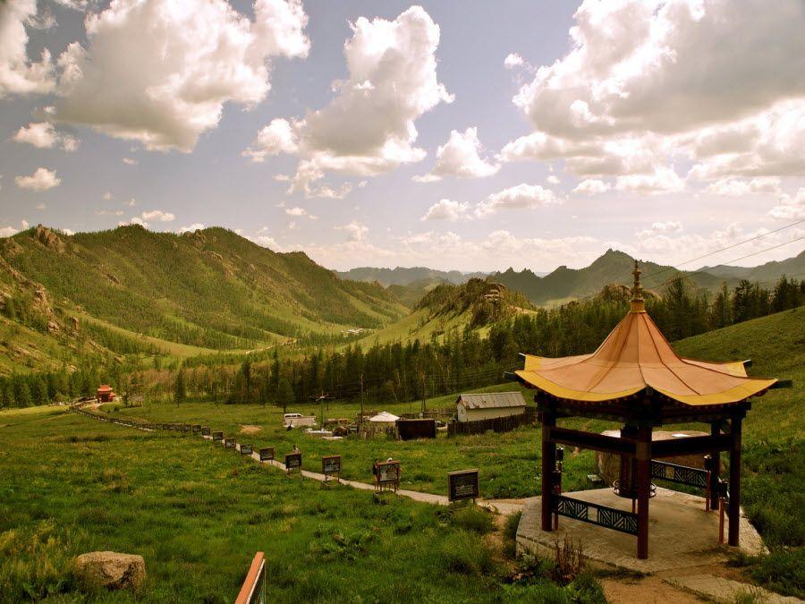 Незабываемый вид с буддийского монастыря в Монголии фото
