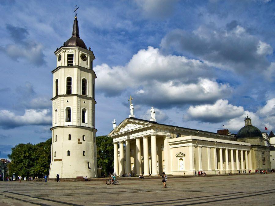 Вид на колокольню Кафедрального собора в Вильнюсе фото