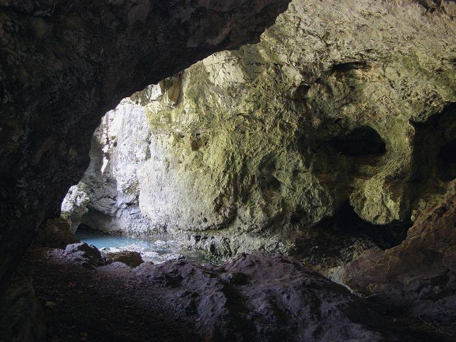 Фотография пещеры Заповедной у водопада Атыш