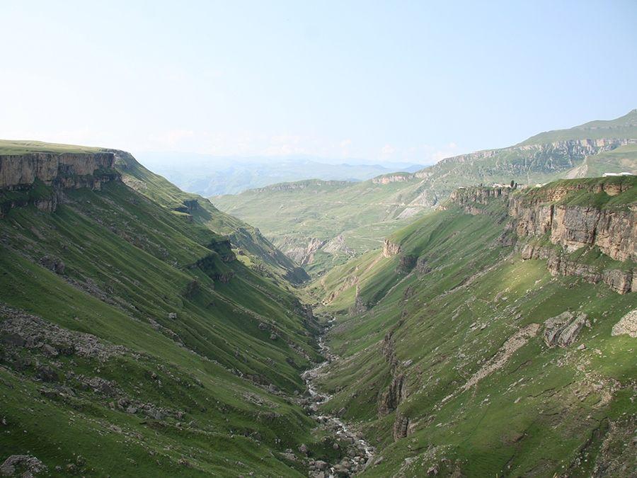 Фотография вида с площадки Хунзахского водопада в Дагестане