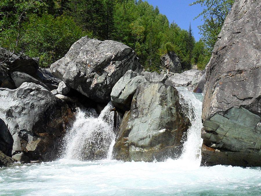 Фотография каскадов водопадов на реке Кынгарга
