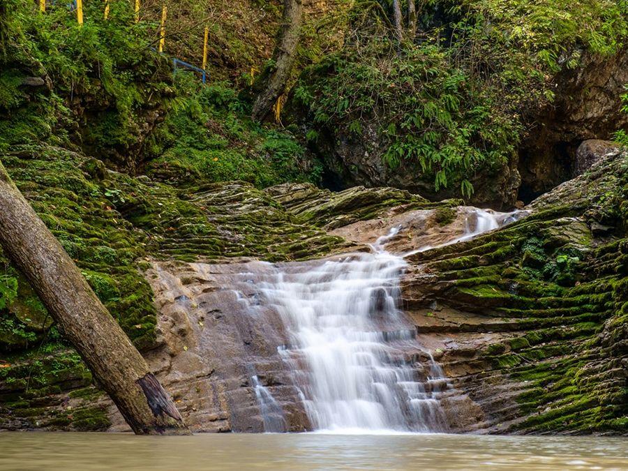Фото водопада Каскадный в ущелье реки Руфабго