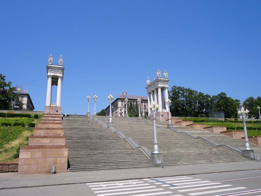 Центральная лестница на набережной Волгограда фотография