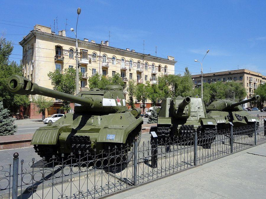 Фотография экспозиции военной техники возле музея-панорамы Сталинградская битва