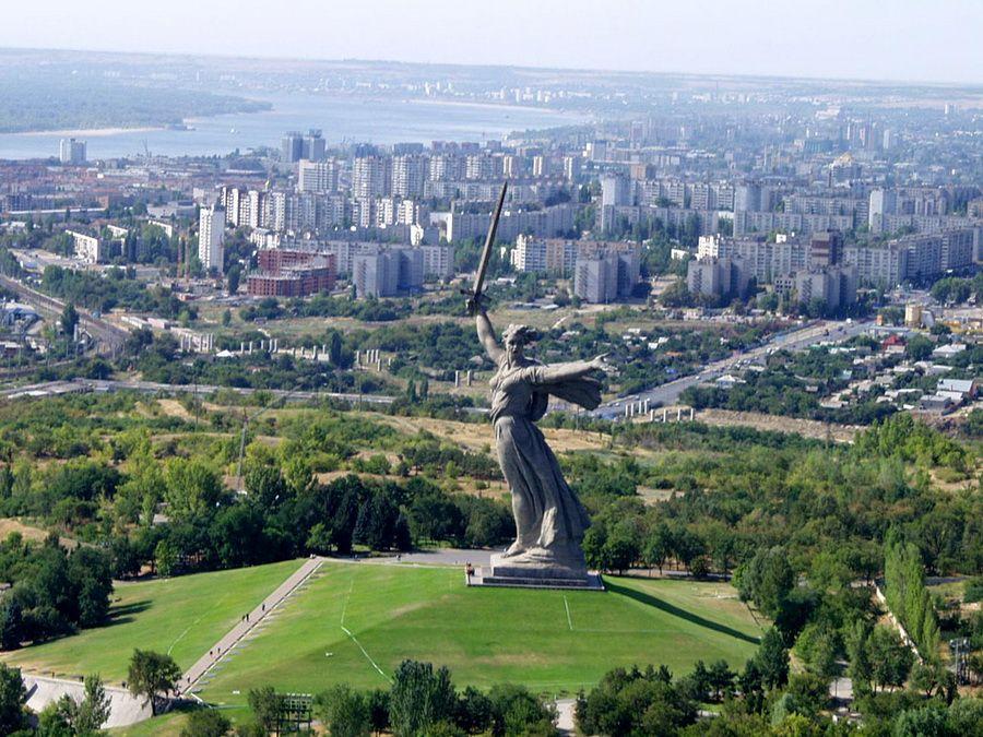 Вид на Волгоград и Мамаев курган фотография