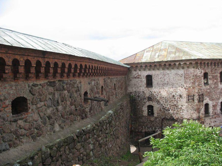 Фото вид на Выборгский замок изнутри