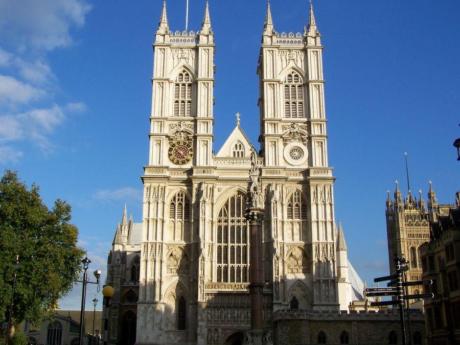 Фотография одного из входов Вестминстерского аббатства в Лондоне