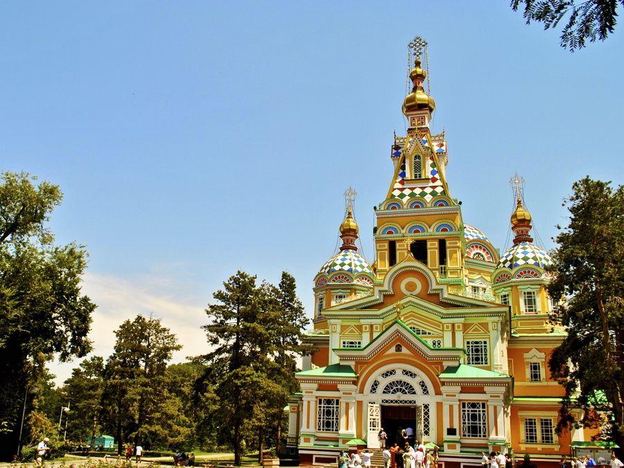 Фотография Зенковского собора в парке Панфилова в Алматы