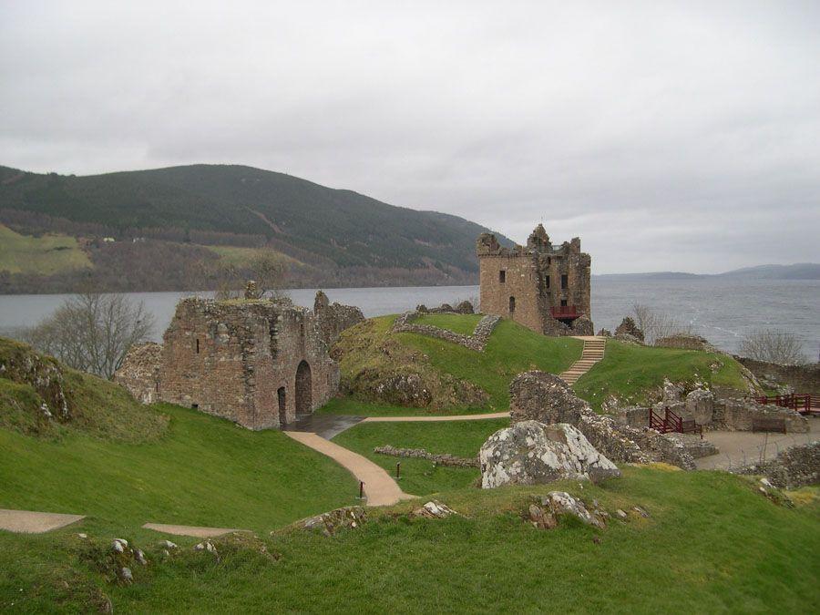 Замок Урхарт в Шотландии фото