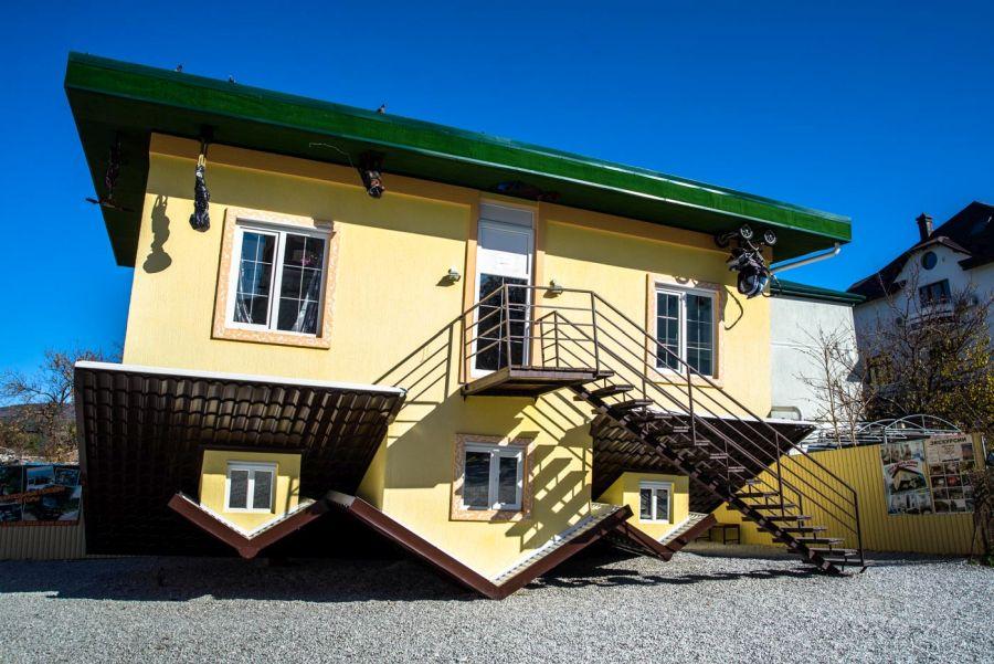 Дом Вверх дном фото