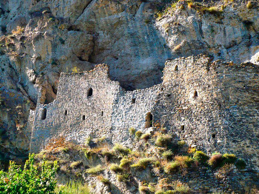 Дзивгисская наскальная крепость фотография