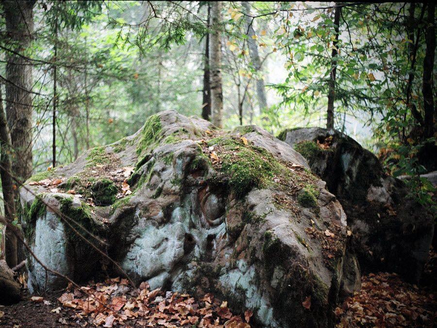 Фото устрашающего камня Чертового городища