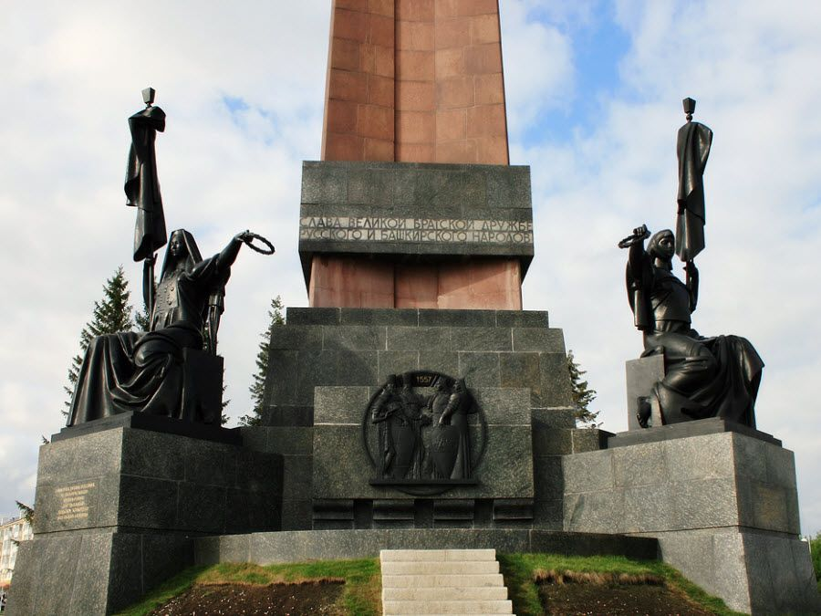 Фото Монумент Дружбы вблизи
