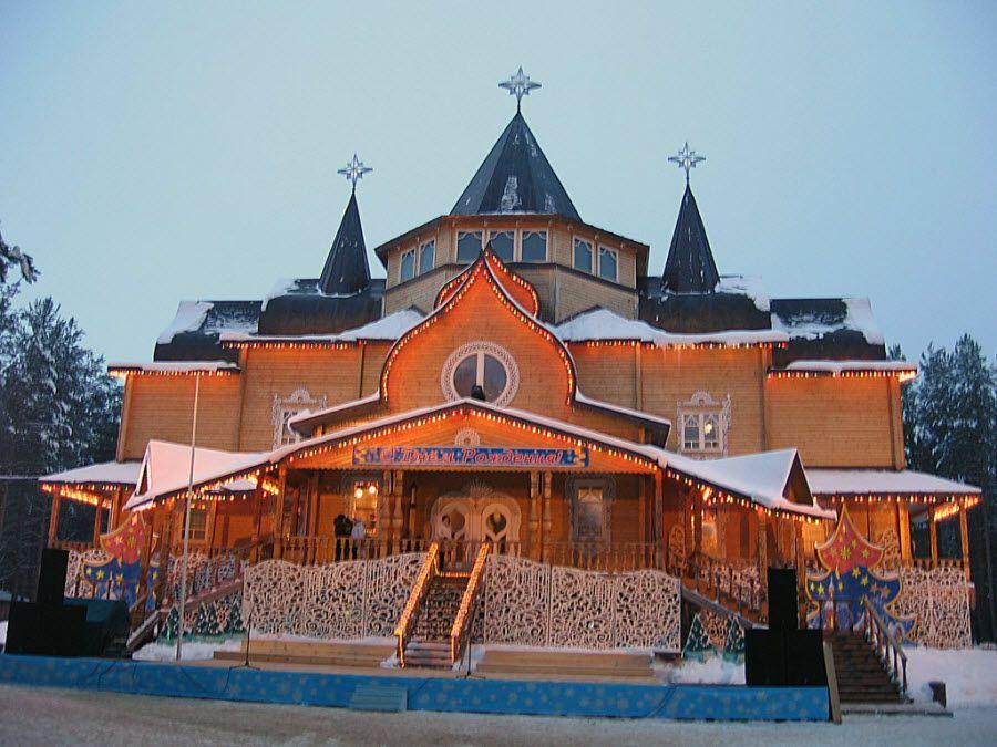 Красивый резной деревянный терем в городе Великий Устюг