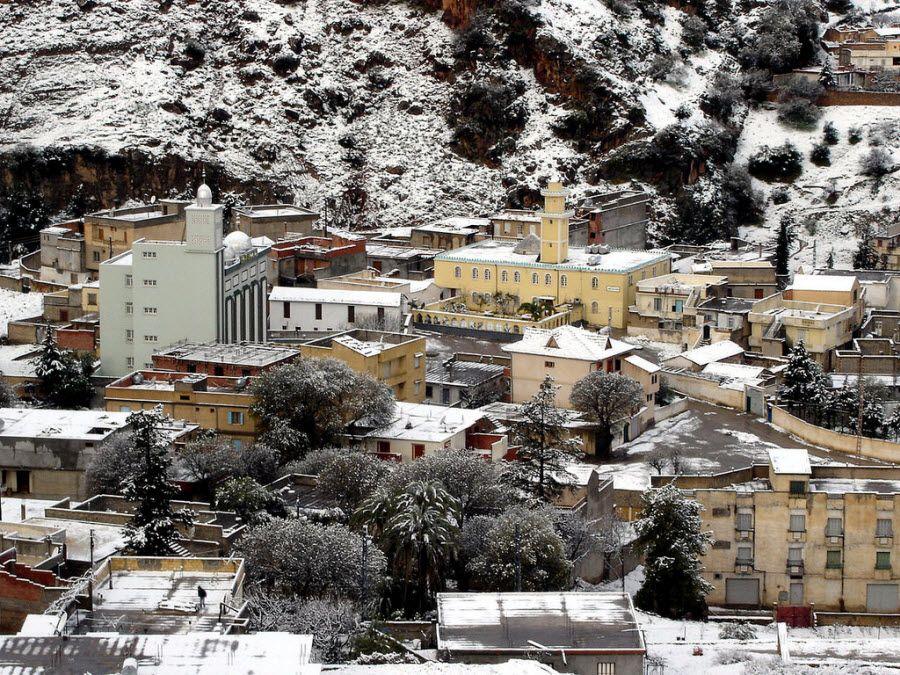 Панорама на городок Хаммам в Алжире фото
