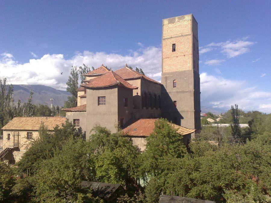 Древний замок на территории Иссык-Куль фото