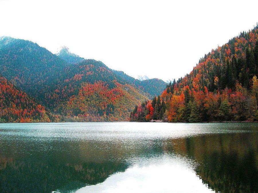 Панорама абхазского озера Рица осенью фотография