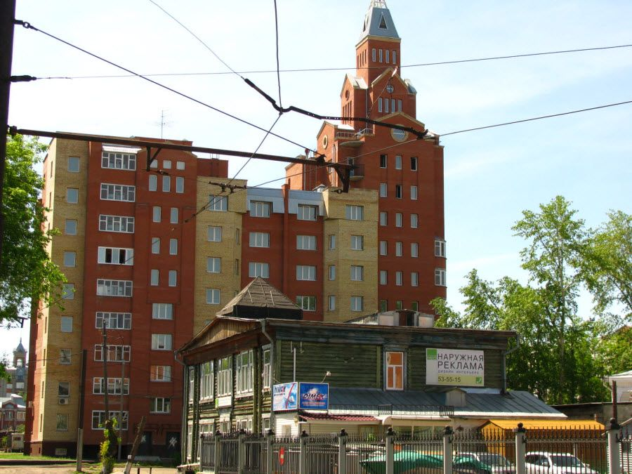 Фото контраст зданий города Омска