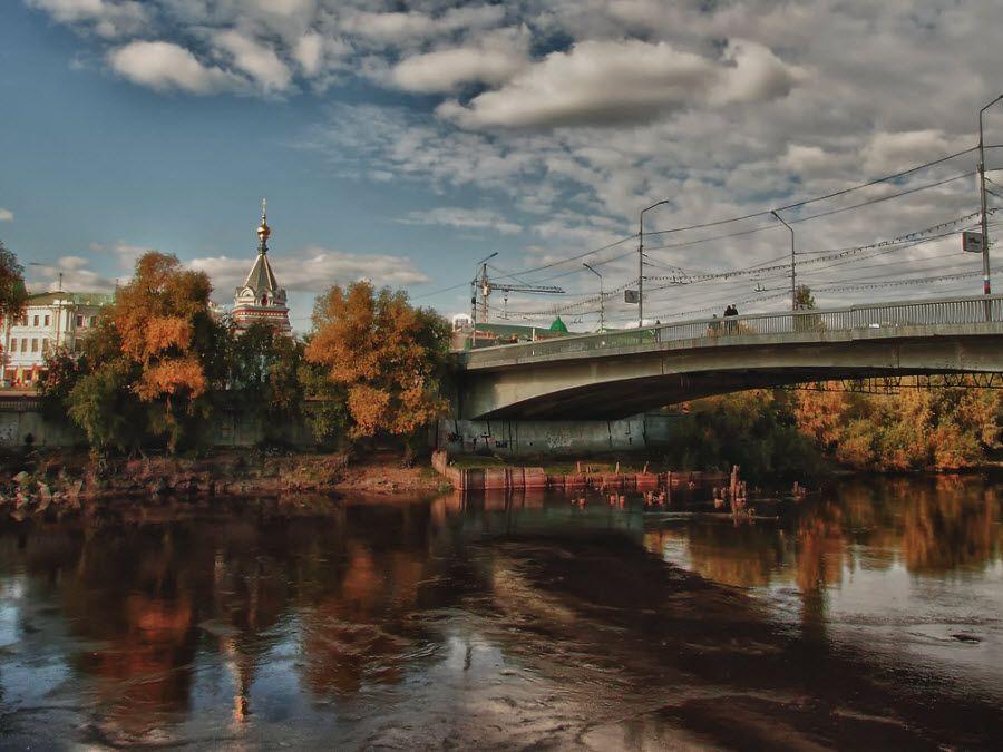 Вид осенью на город Омск фото