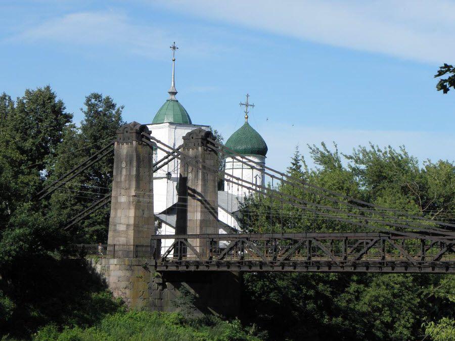 Фото цепной мост в городе Остров Псковской области