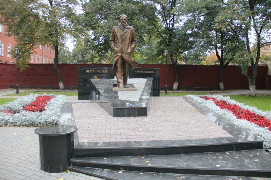 Памятник Андрею Платонову фото