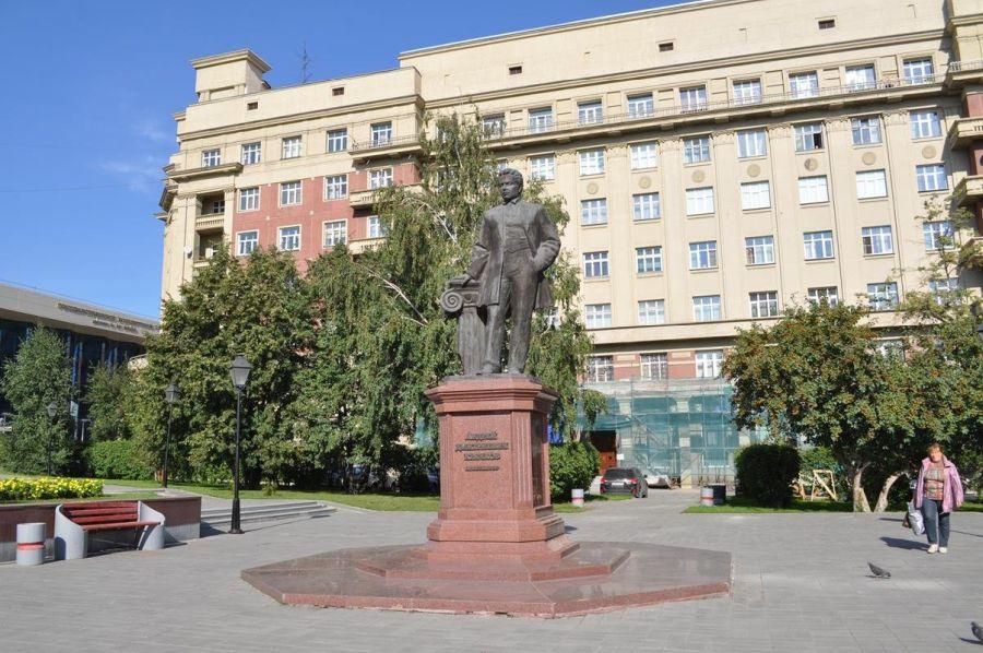 Памятник архитектору А. Д. Крячкову фото