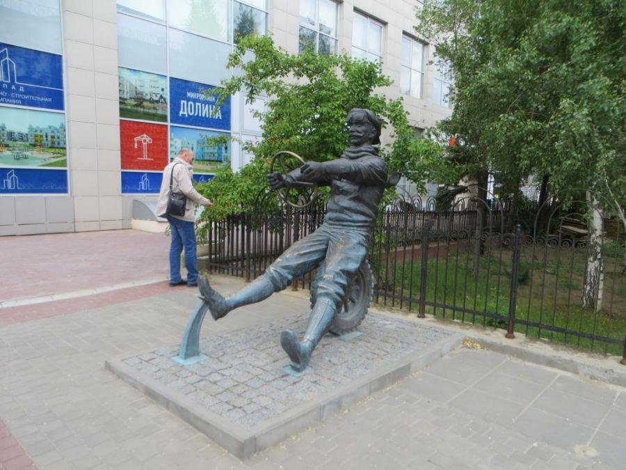 Памятник автомобилисту фото