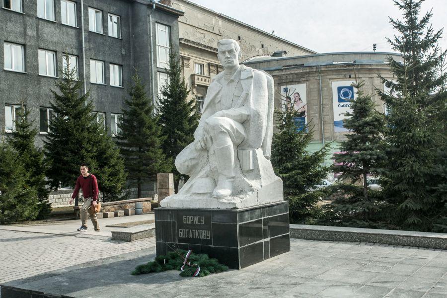 Памятник Борису Богаткову фото