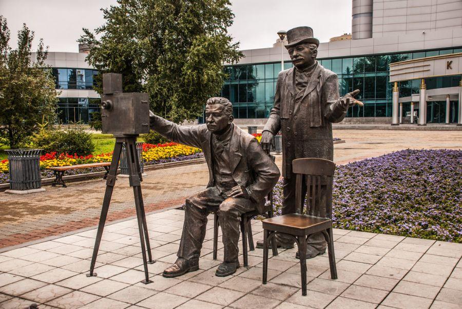 Памятник братьям Люмьер фото