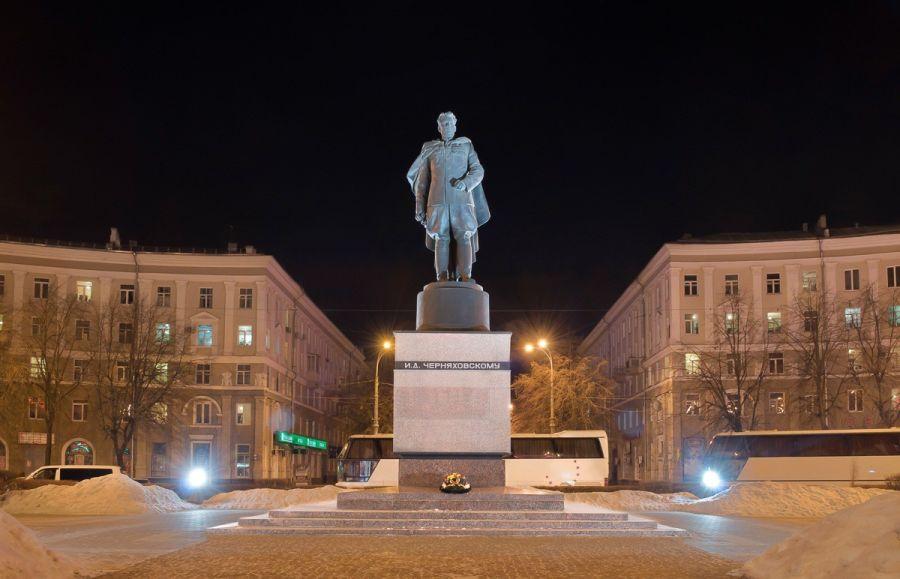 Памятник Черняховскому фото