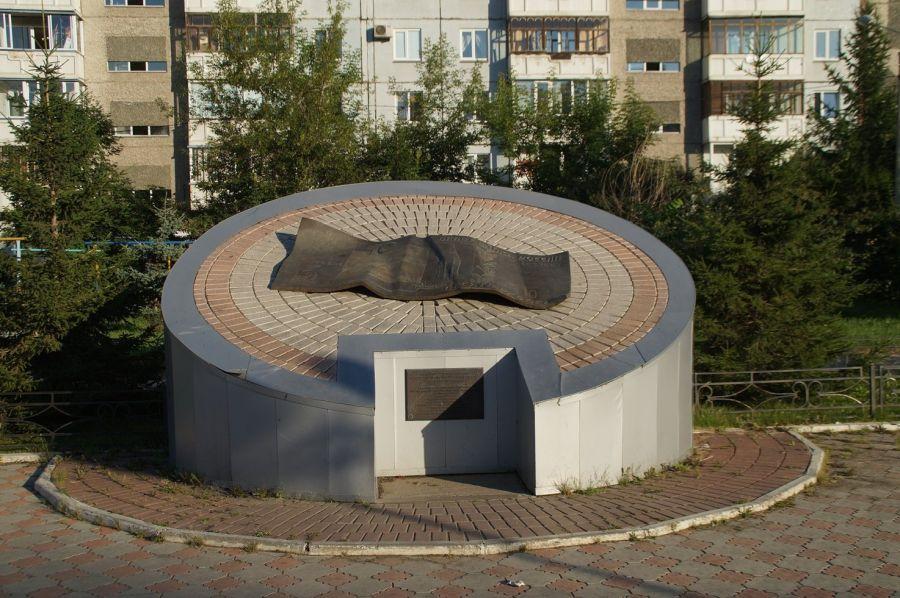 Фотография Памятник десятирублевой купюре