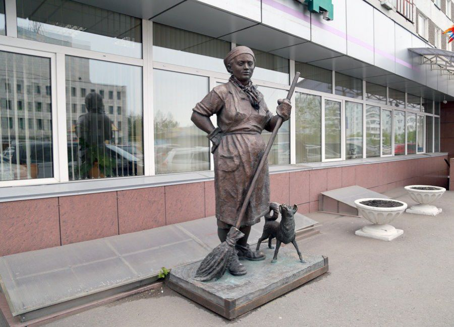 Памятник дворнику Петровна фото