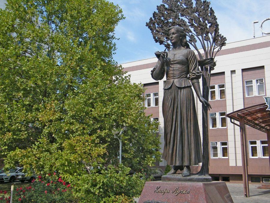 Памятник Кларе Лучко фото