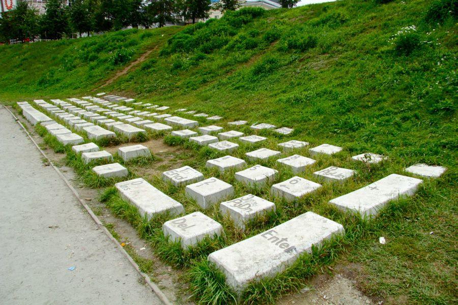 Памятник клавиатуре фото