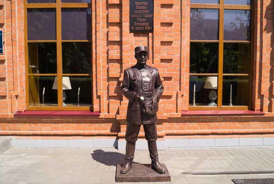 Памятник первому уездному кондуктору фото