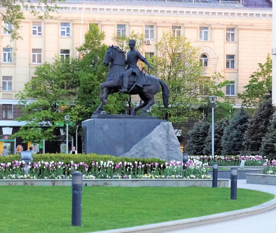 Памятник кубанскому казачеству фото