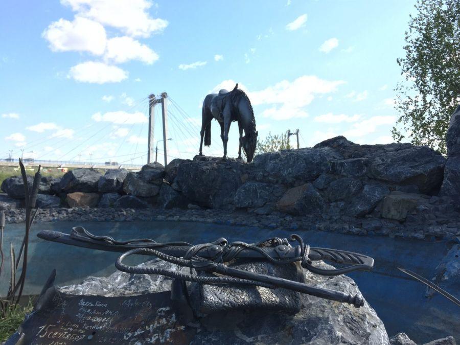 Фотография Памятник Лошадь белая
