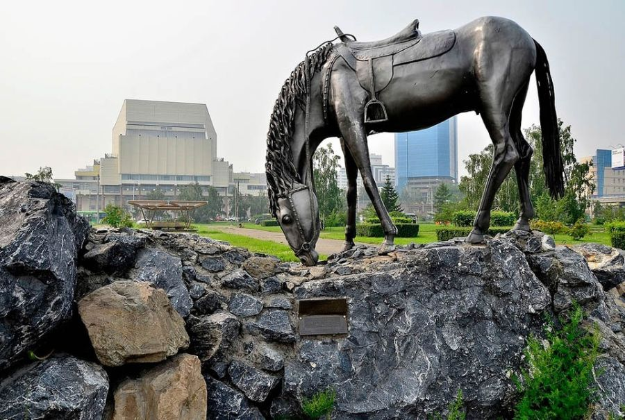 Памятник Лошадь белая фото