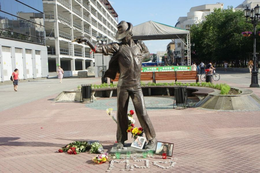 Памятник Майклу Джексону фото