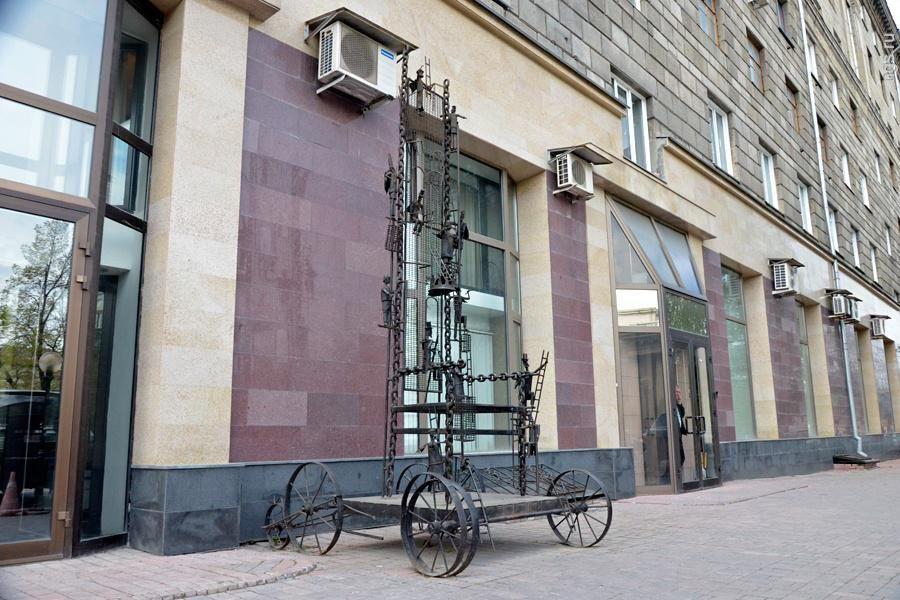 Памятник Металлический трон фото