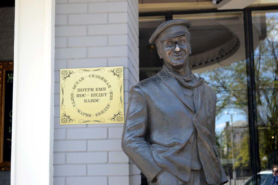 Памятник Остапу Бендеру фото