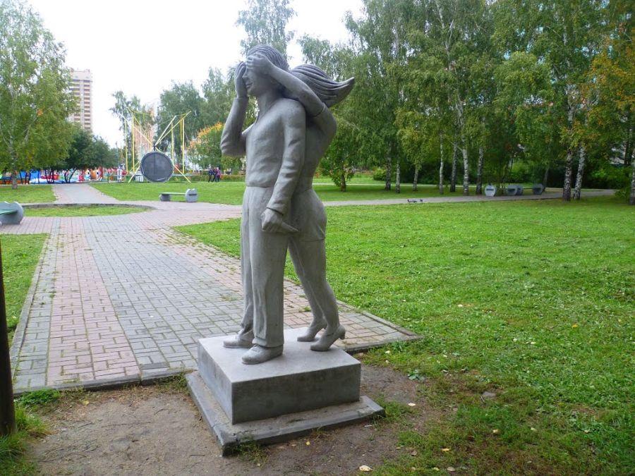 Памятник первому свиданию фото