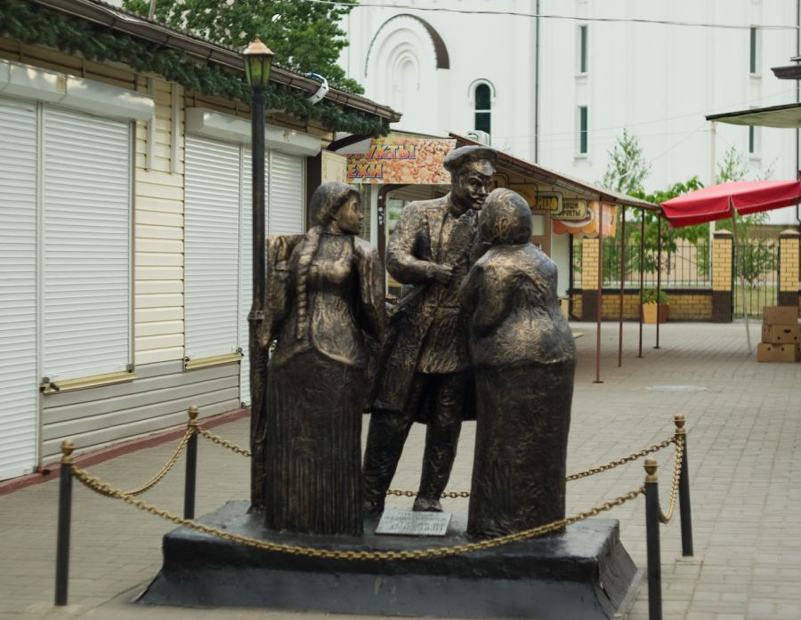 Памятник Продавцу и покупателю фото