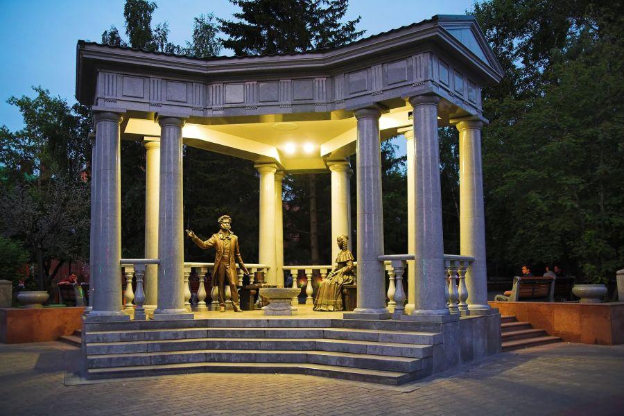 Памятник А. Пушкину и Н. Гончаровой фото