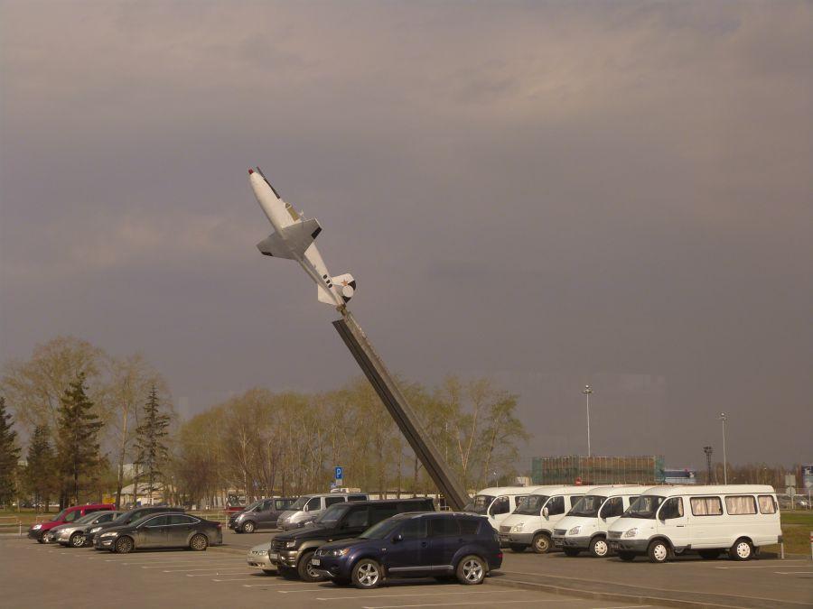 Памятник самолету БИ-1 фото
