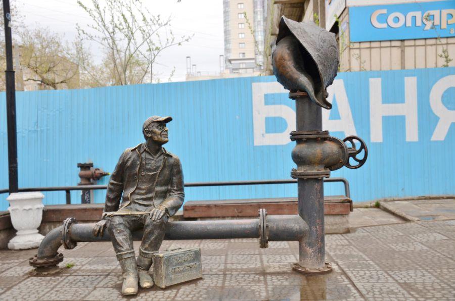 Памятник сантехнику фото