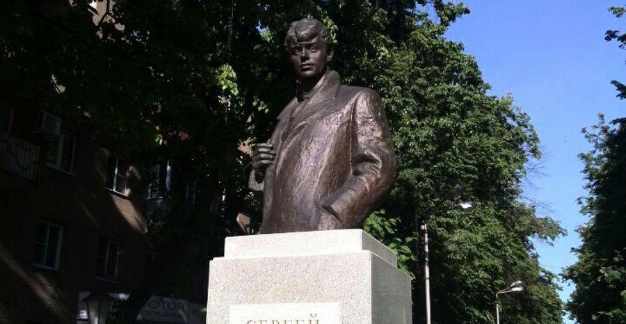 Памятник Сергею Есенину фото