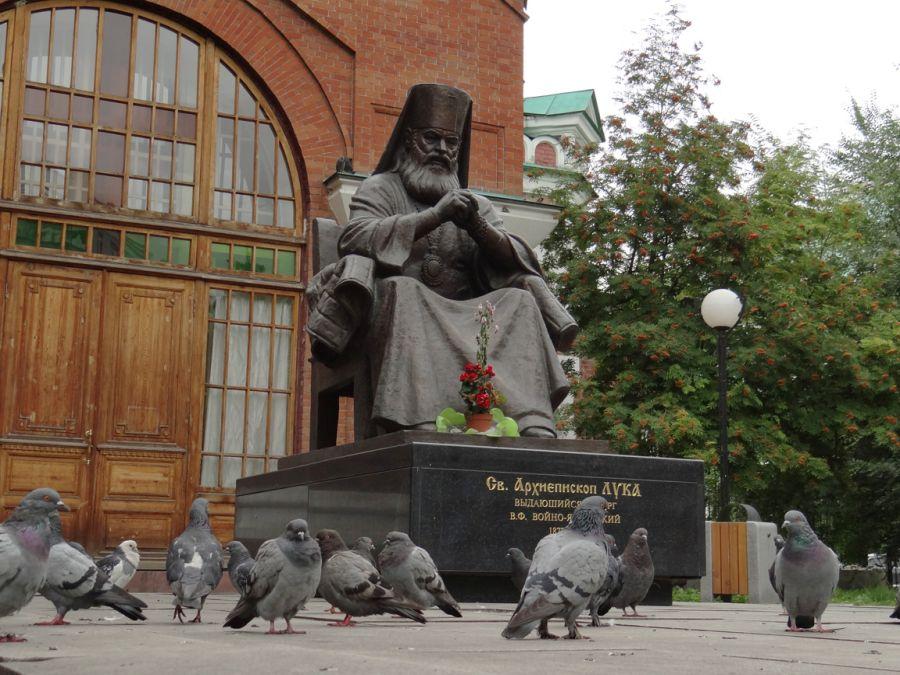 Памятник Святителю Луке фото
