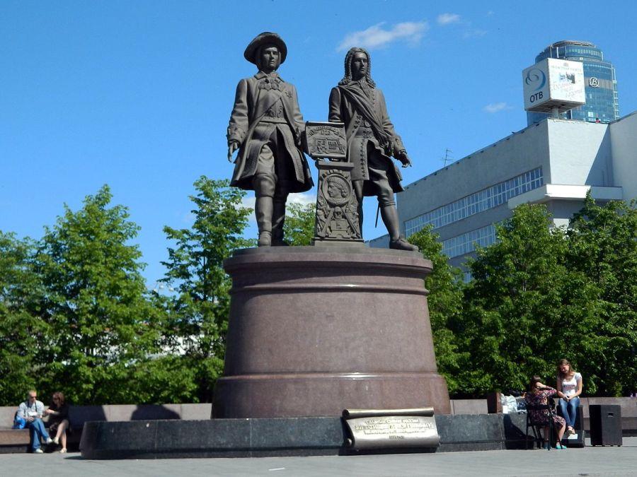Памятник Татищеву и де Геннину фото